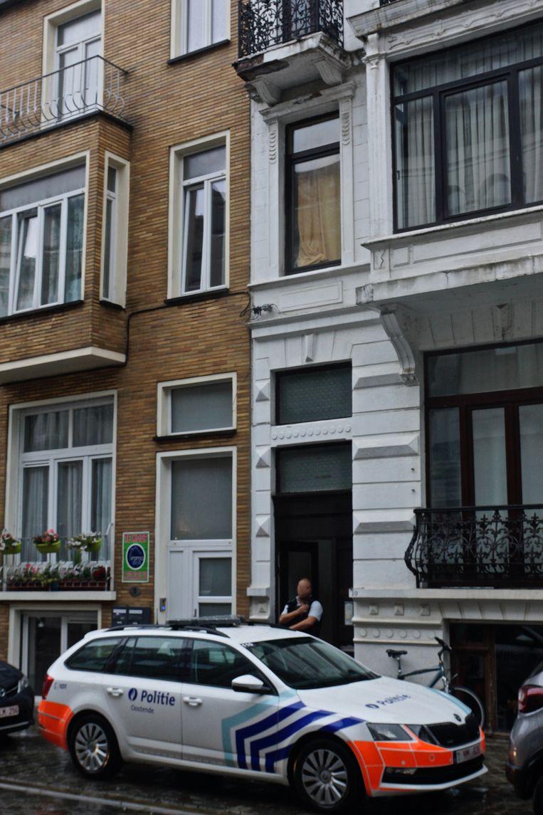 In deze woning in de Peter Benoitstraat werd de dader overmeesterd. De politie was zaterdagavond nog urenlang bezig met een onderzoek in de woning.