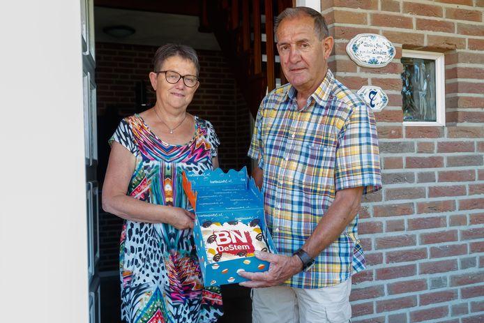 """""""Ik lees de krant 's ochtends en 's middags"""", zegt Chris van der Linden (69) uit Etten-Leur. Hij en zijn vrouw José (68) zijn al jarenlang abonnee, maar inmiddels wel volledig digitaal. Ideaal vinden ze het. De tijd komen ze in deze periode prima door. """"Voor ons is er niet veel veranderd"""", zegt het stel, dat houdt van quizzen spelen en puzzelen en dus de thuisblijfquiz van BN DeStem won. """"Een leuke quiz, al was het wel even zoeken."""""""