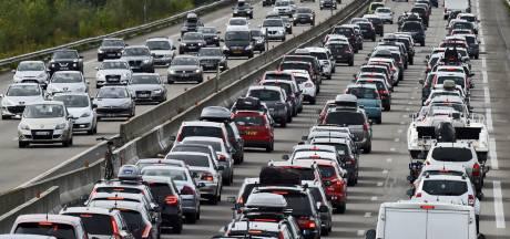 Vakantiegangers vast op wegen naar het zuiden: uren vertraging