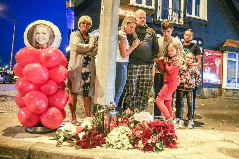 De familie en vrienden van de verongelukte Nikita plaatsen een foto, bloemen  en ballonnen ter nagedachtenis.