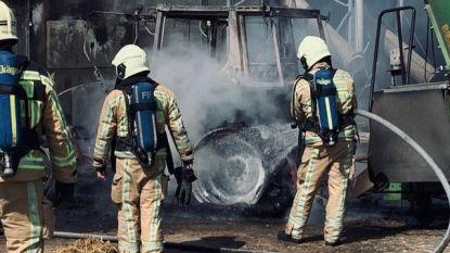 Tractor gaat volledig in vlammen op, stallen kunnen gered worden