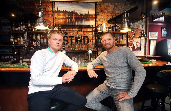 Jari Puister met vader Patrick aan de verder lege bar in Café de Stad in de Kettingstraat.