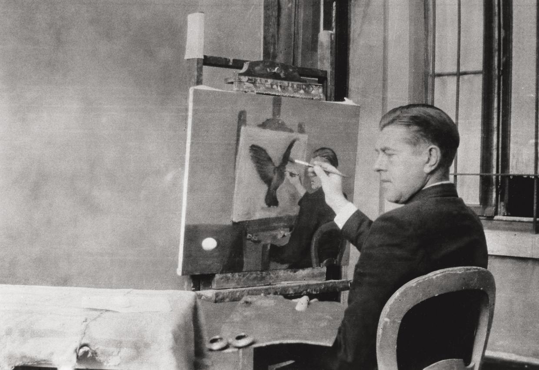 Jacqueline Nonkels nam deze foto van Magritte terwijl hij 'La clairvoyance' schilderde (1936).