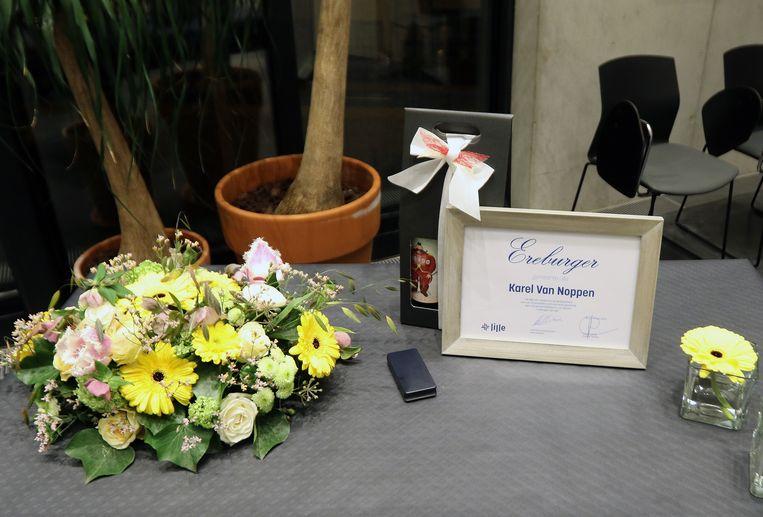 De familie ontving een oorkonde, ereteken en een bloemstuk.