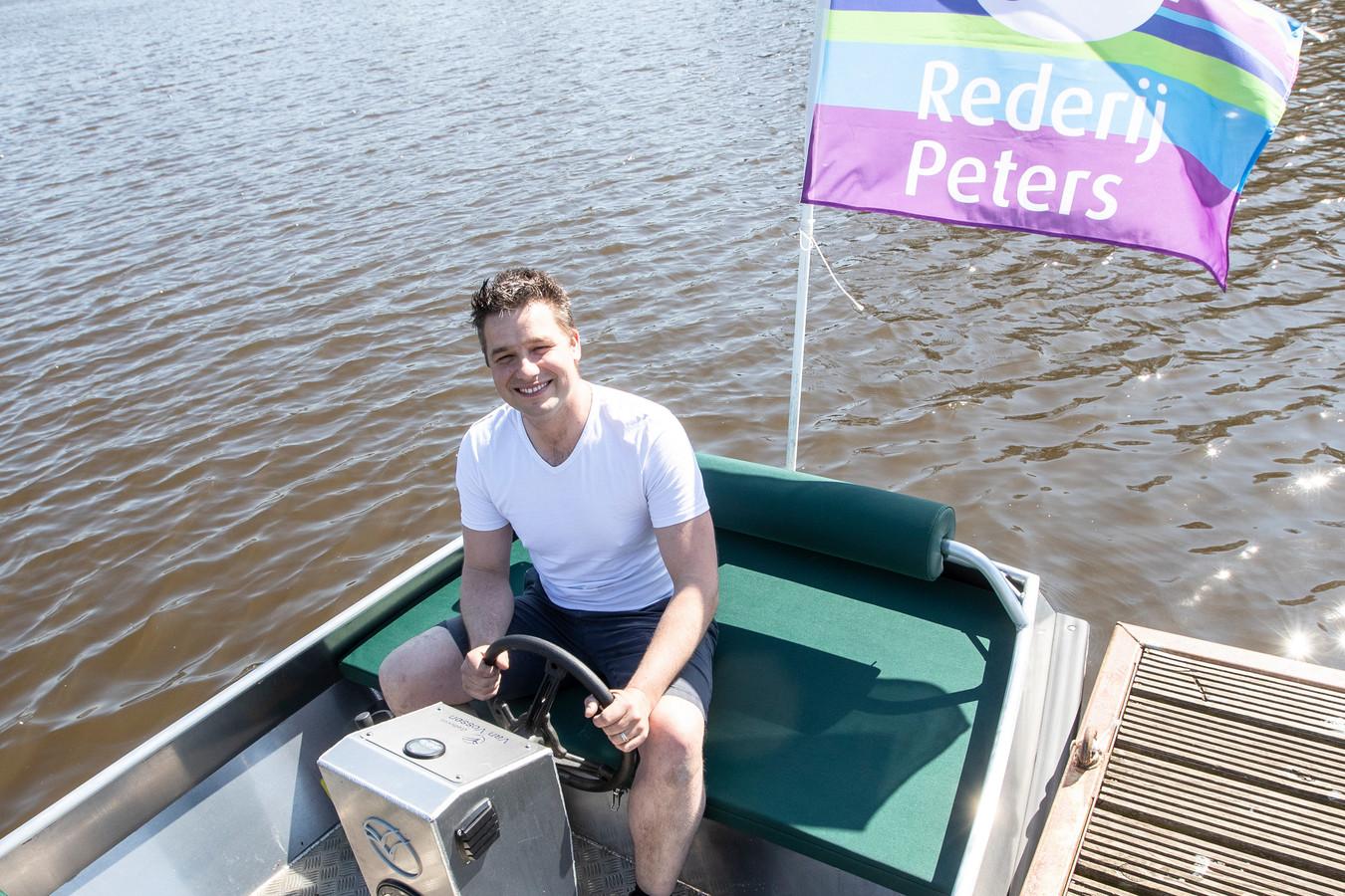 Christiaan Peters met een van zijn nieuwe elektrische sloepen.