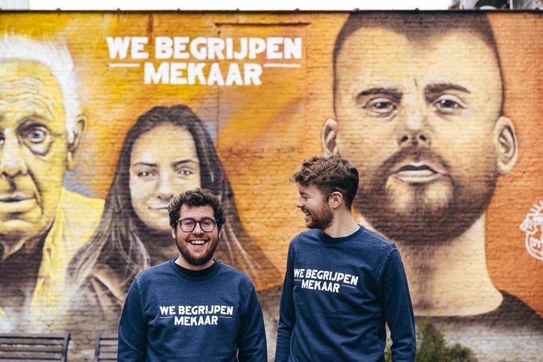 Nick Daelemans (links) en Mathias Vertessen (rechts) in een van de truien van de Tourist LeMC-kledinglijn voor de beeltenis van Tourist LeMC.