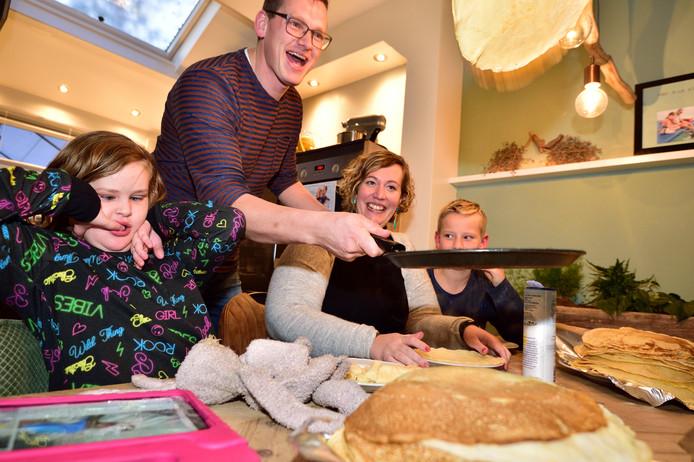 Jelle en Germa Bos gaan vrijdag 24 uur pannenkoeken bakken om dolfijntherapie voor hun dochter Ive mogelijk te maken.