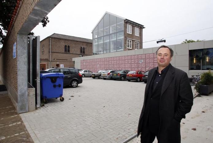 Architect Matthijs Bouw poseerde in 2009 bij het Gezondheidscentrum Jozef aan de Louis Pasteurstraat . Foto Archief