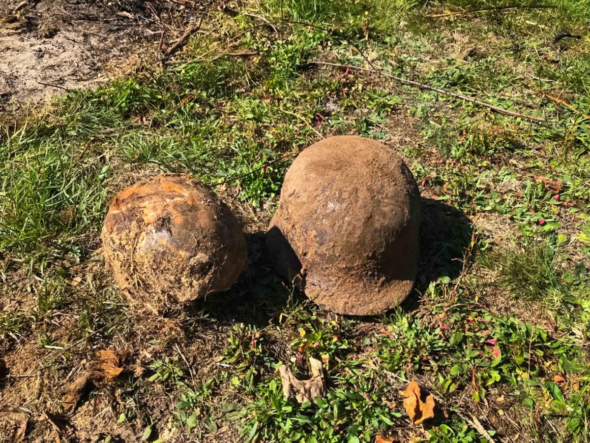 Thomas Schepers (7) vindt een Duitse helm met schedel en geweer in zijn tuin. Hier de helm met schedel.