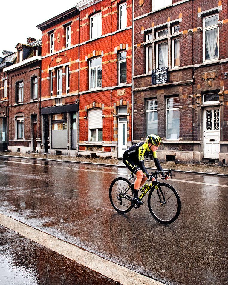 Annemiek van Vleuten rijdt door de  straten van Luik naar de winst. Beeld null