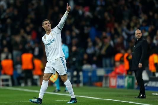 Cristiano Ronaldo viert zijn goal. Rechts Peter Bosz.