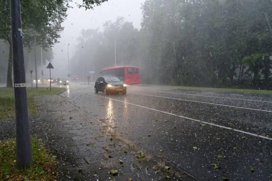 Een heftige onweersbui met grote hagelstenen en regen teistert Spijkenisse voor een kwartier.
