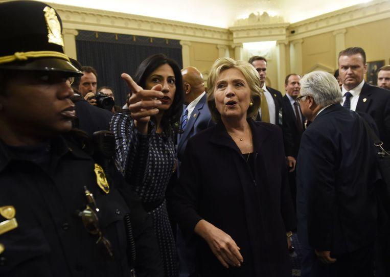 Clinton met haar naaste vertrouweling en toeverlaat Huma Abedin. Zij is inmiddels gehoord door de FBI. Abedin is de vrouw van voormalig Congreslid Anthony Wiener. Hij moest in 2014 zijn campagne om burgemeester van New York te worden beëindigen, omdat hij seksueel getinte foto's naar vrouwen stuurde. Beeld AFP