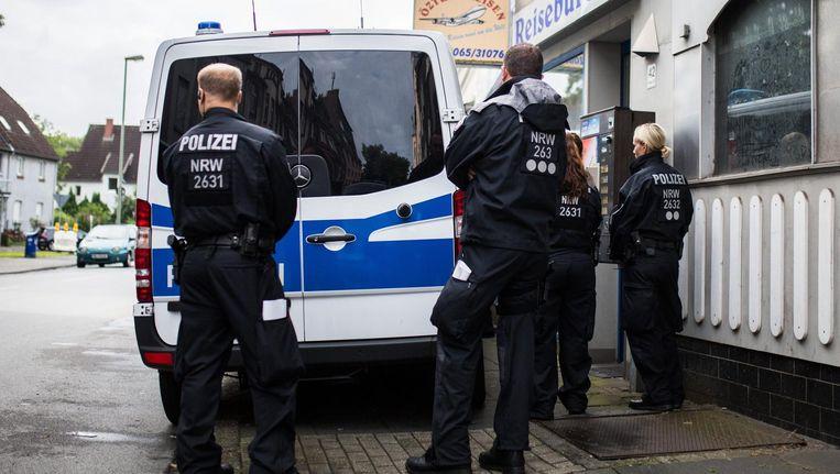 Duitse politieagenten bij het reisbureau in Duisburg. Beeld epa