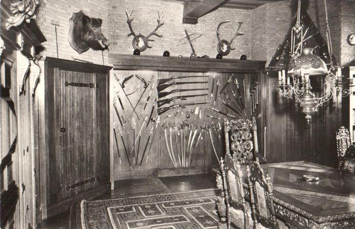De  vier zwaarden (in de kast rechts) in de Stenen Kamer van Slot Zuylen, vóórdat de collectie werd gestolen.