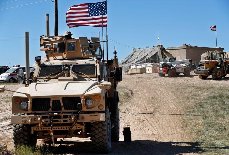 Een Amerikaanse soldaat in een gepantserd voertuig in Syrië.