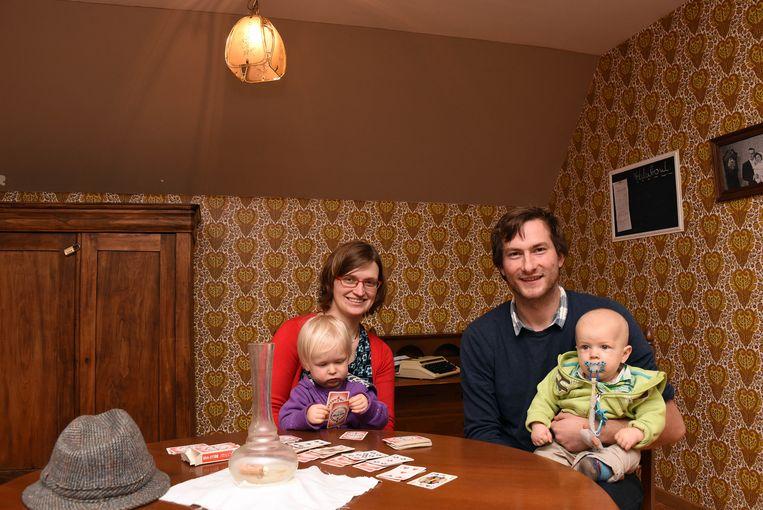 Tom De Brandt en Davina Van Goethem met hun kinderen in hun Escape Room van opa.