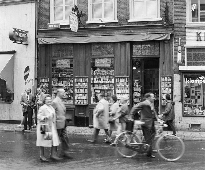 De winkel met de Arnhemsche Balletjes van L. Meuwese v/h J. Keuken aan de Grote Oord in Arnhem, in 1964.