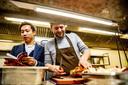 Mike Tsang en souschef Levi Bunt van O&O snijden een   Pekingeend tijdens het Michelin-sterrenfeest in Amsterdam.