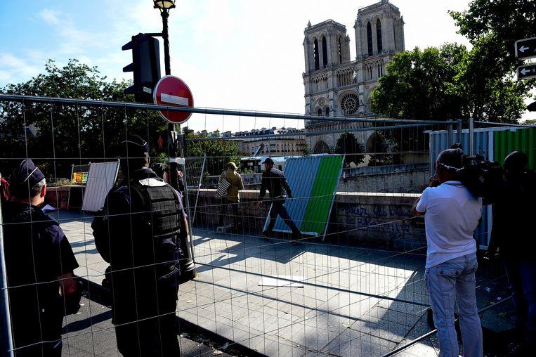 Niemand mag de omgeving rondom de Notre-Dame betreden, zowel voor het verkeer als voor voorbijgangers geldt een toegangsverbod.