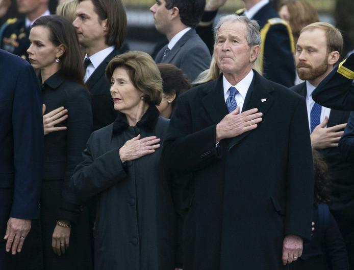 Voormalig president George W. Bush en zijn vrouw Laura tijdens het overbrengen van de kist met het lichaam van Bush sr. naar het familiegraf in College Station.