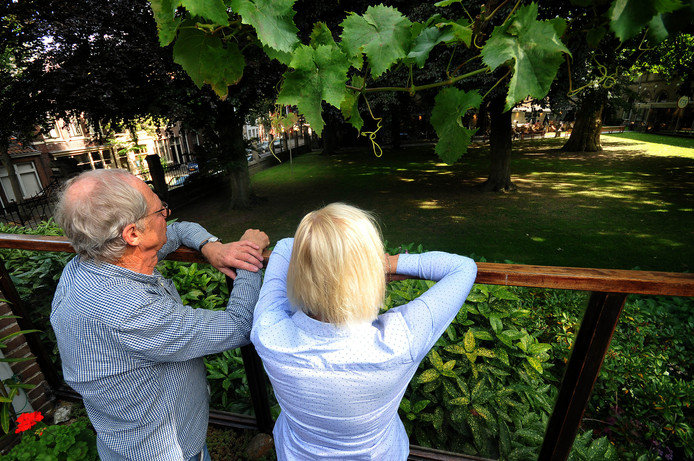 Bewoners kijken in de museumtuin waar geregeld feesten zijn.