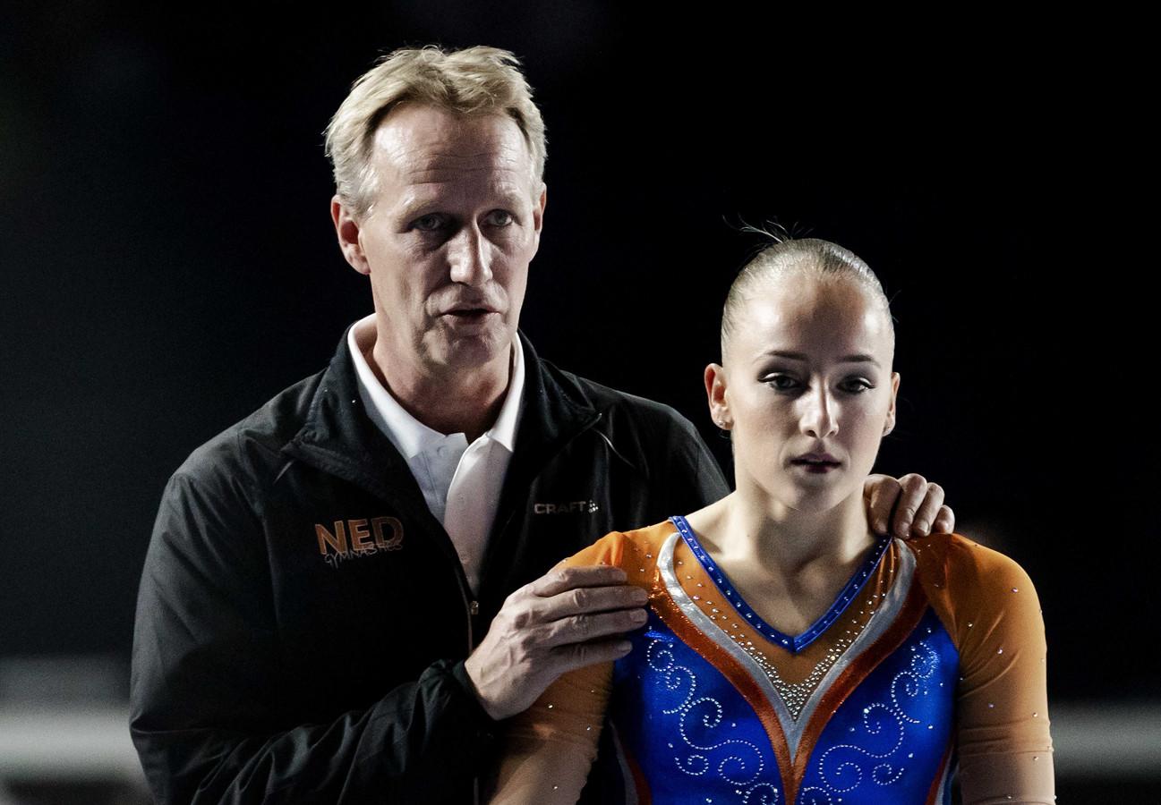Sanne Wevers met haar vader en coach Vincent op het WK turnen in 2017.
