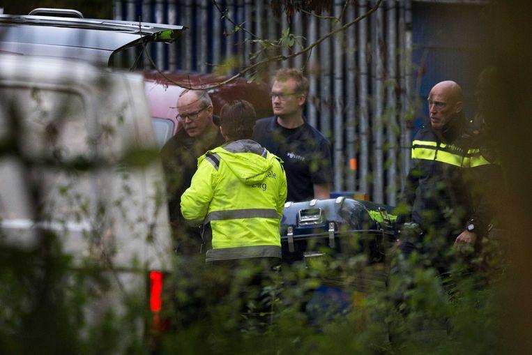 Het lichaam van de vermiste Anne Faber wordt naar een lijkwagen gedragen. Beeld ANP
