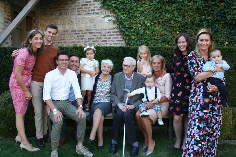 De familie rond het diamanten echtpaar.