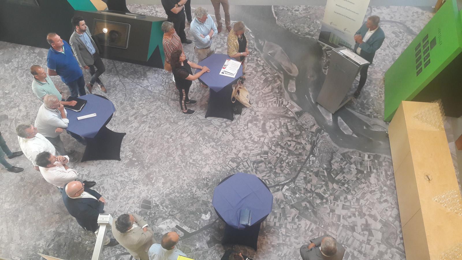 Pol van de Vijver (rechts achter spreekgestoelte) spreekt verzamelde ondernemers in Bio Base Terneuzen toe.