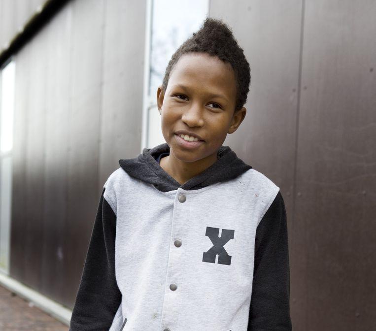 Jayvan (14): 'Als ik moeilijk wakker kan worden, ga ik even naar de supermarkt voor een blikje energiedrank. Meestal een paar keer per week, vroeger nog vaker. Nu mag je ze niet meer mee naar school nemen. Buiten de poort opdrinken kan wel, maar het is niet mijn lievelingsdrankje. Sinas kan ook.' Beeld Io Cooman