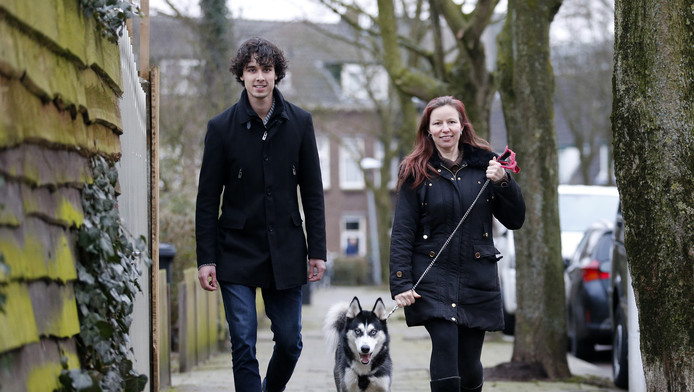 Lars Berends van hondjeuitlaten.nl en Verena Meijer laten haar husky Wolf uit.
