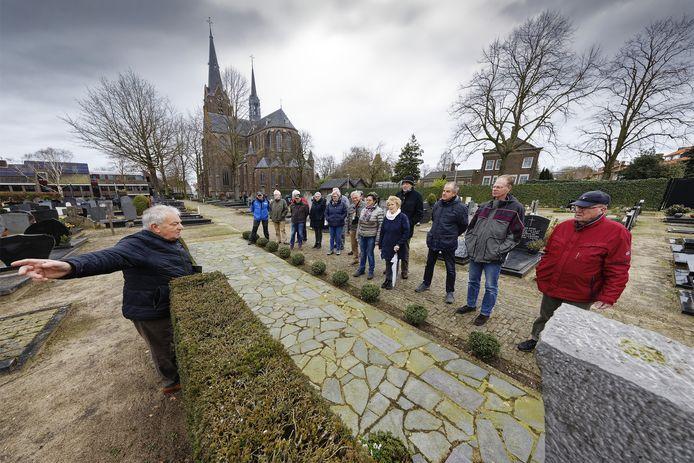 Een eerder dit jaar gehouden stadswandeling. Deze was op het kerkhof in Vlijmen en stond stil bij het monument.
