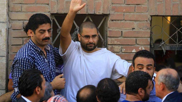 Alaa Abdel Fattah in augustus, toen hij tijdelijk verlof kreeg voor de begrafenis van zijn vader. Beeld afp