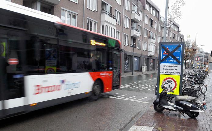 De bussluis bij de Houtmarkt in Breda. De borden die waarschuwen dat illegale doorrijders gegarandeerd een boete krijgen staan al klaar.