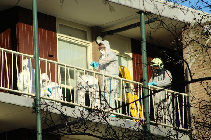 Brandweer en ambulancepersoneel halen in een gezamenlijke operatie een vermeende coronapatiënt uit een flatgebouw.