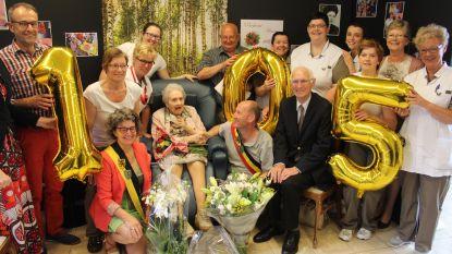 """Maria blaast 105 kaarsjes uit in rusthuis Sint-Elisabeth: """"Ik zou er graag nog een paar jaar bij doen"""""""