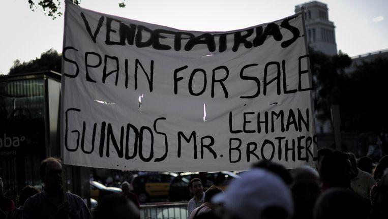 Spanjaard protesteren tegen de noodhulp van de Europese Unie. Beeld afp