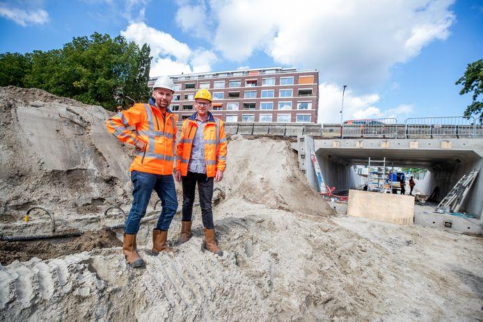 Arnaut de Bruin (r) en Marnix van Wingerden van Mourik bij de half afgebouwde tunnel.