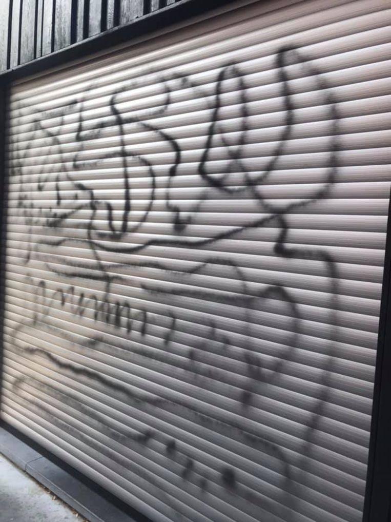 De vandaal liet een smeerboel achter op de rolluiken van bakkerij Victor, in Stasegemdorp.