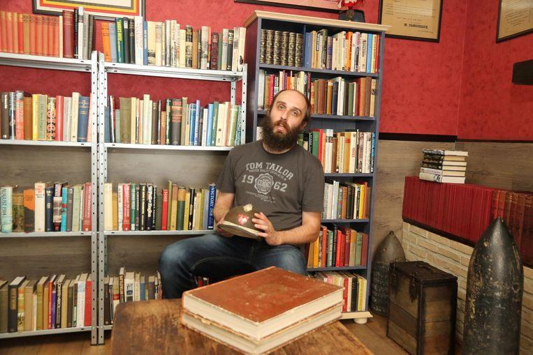 Patrick Indevuyst tussen zijn boeken en obussen.