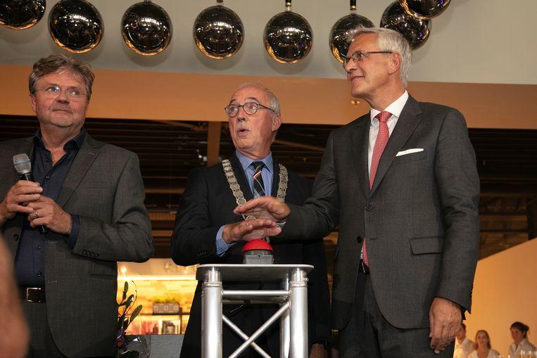 Burgemeester Jan-Frans Mulder mocht samen met Kris Peeters de vernieuwde woonwinkel Morres openen.