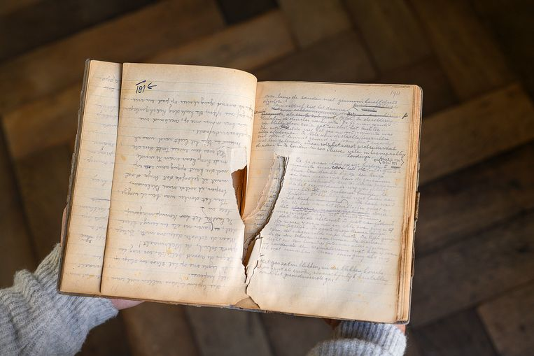 Pagina's uit het schrift waarin Eddy de Wind zijn relaas optekende. De tekst is één op één overgenomen in het boek Eindstation Auschwitz. Beeld Els Zweerink