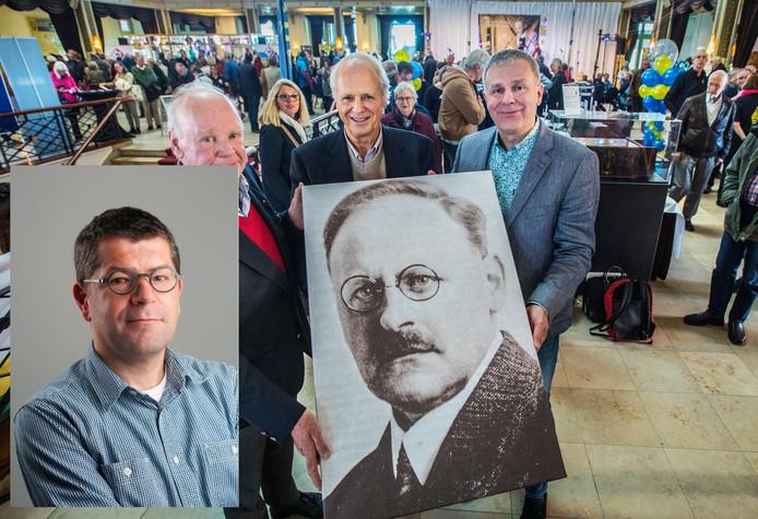 De drie kleinzonen van Hanzo Idzerda; Henk, Hanso en Tobias met een foto van hun opa. Inzet: Axel Veldhuijzen, chef AD/Haagsche Courant.