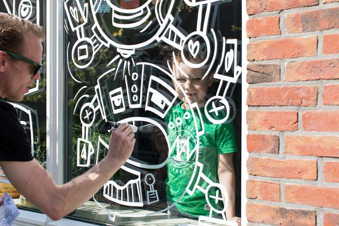 Maurice van Lier, alias Jan Doodle, verrast jarige kinderen met een gratis raamtekening.
