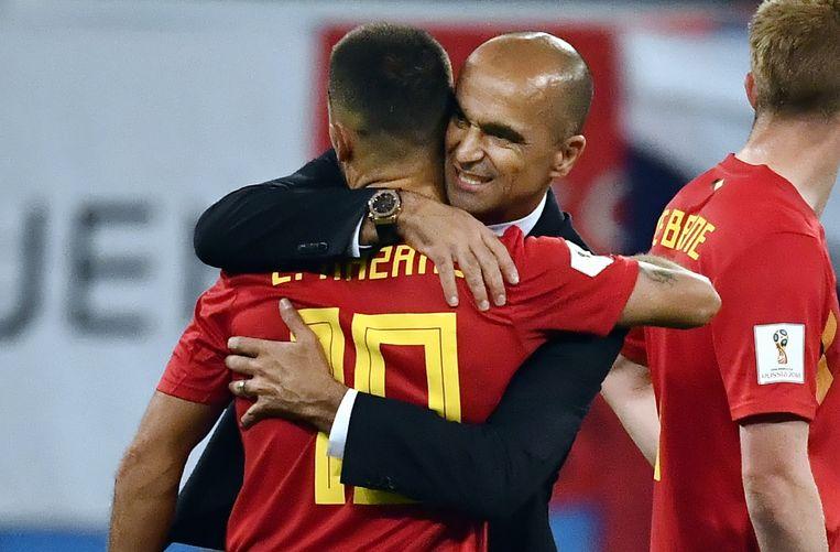 Eden Hazard en coach Roberto Martinez troosten elkaar na de match tegen Frankrijk.