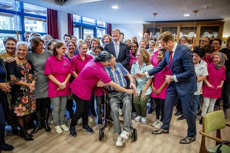 Koning Willem-Alexander en minister De Jonge van volksgezondheid, welzijn en sport tijdens een werkbezoek aan het Sint Elisabeth Verpleeg- en Gasthuis in Amersfoort. De organisatie biedt zorg aan oudere mensen met dementie.  Beeld ANP