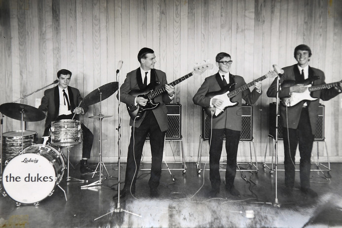 Ed Holtzhuizer als zanger/gitarist van Nijmeegse band The Dukes (tweede van rechts).