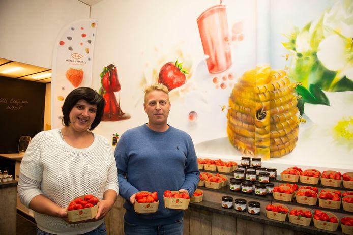 Steve en zijn partner Inge in hun winkeltje in Antwerpen.
