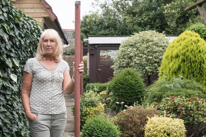 Jeanette Nijland moest van de woningcorporatie in eerste instantie de schuur en garage van haar schoonouders afbreken. Foto: Lenneke Lingmont